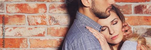 Fotografia  Woman feeling safe with man
