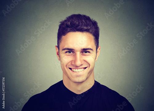 Plakat Portret uśmiechnięty młody człowiek