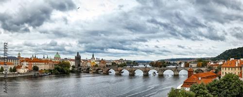 Plakat Widok z lotu ptaka Stary miasteczko i mosty nad Vltava rzeką w Praga, republika czech