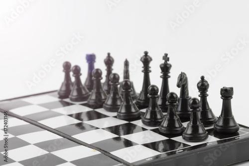 Plakat Szachy fotografujący na szachowej desce odizolowywali białego tło