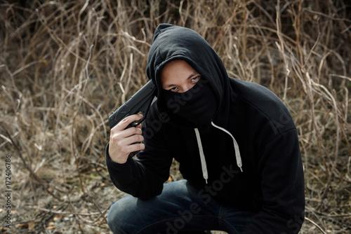 Photo  psychosis robber man point gun to his head