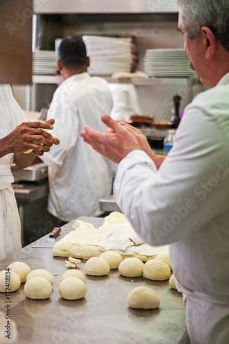 Foto op Canvas Pizzeria préparation pâte à pizza pizzeria cuisine italienne méditerranéenne