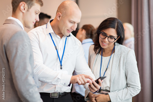 Fotomural couple with smartphone at business conference