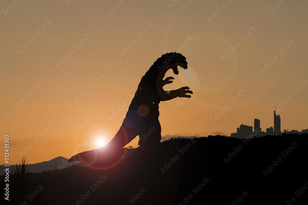 Silhouette eines Godzilla-artigen Monsters auf dem Weg in die Stadt