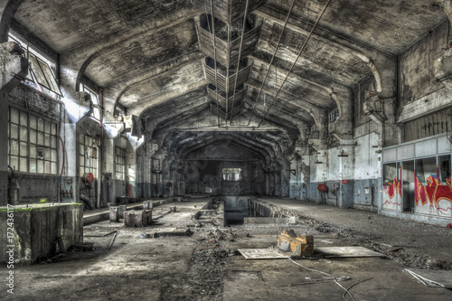 Papiers peints Les vieux bâtiments abandonnés Dilapidated warehouse in an abandoned factory