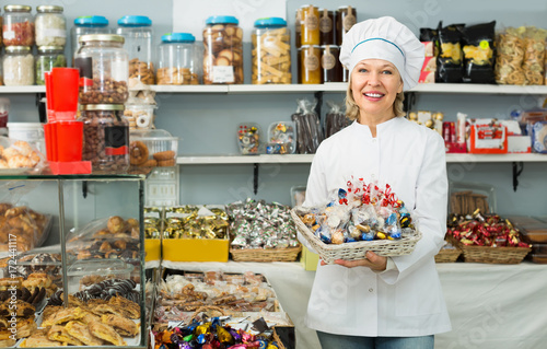 Foto op Plexiglas Bakkerij Mature woman at confectionery.