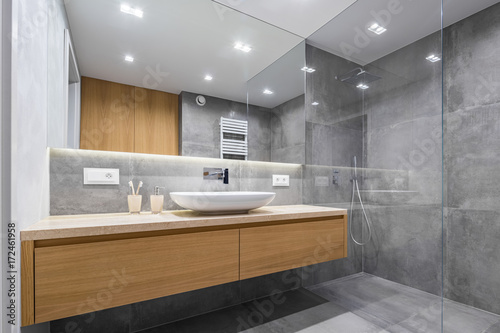 Foto  Bathroom with shower and mirror