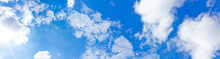 Blick In Den Blauen Himmel Bei Nur Wenigen Wolken.