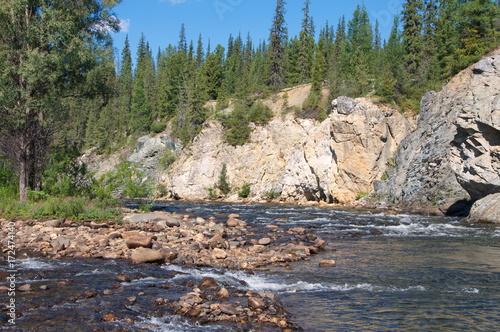 skaly-na-brzegu-rzeki-syberia-rosja