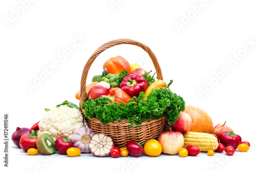 kosz-warzywny-na-bialym-tle