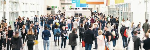 Zdjęcie XXL duży tłum anonimowych niewyraźnych ludzi na targach