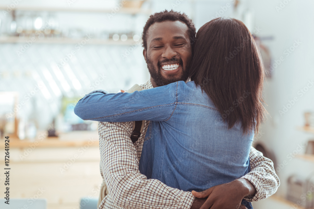 Photo  Happy man hugging his best friend in coffeehouse