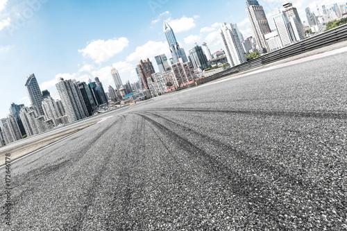 Plakat pusta asfaltowa droga z pejzażem nowoczesnego miasta