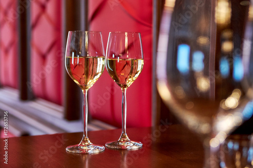 two glasses with white wine on the bar Fototapet