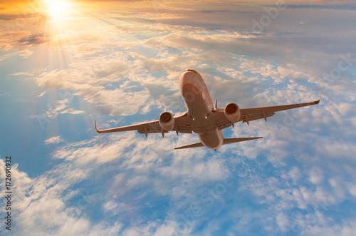 Zdjęcie XXL samolot pasażerski w chmurach. podróż samolotem