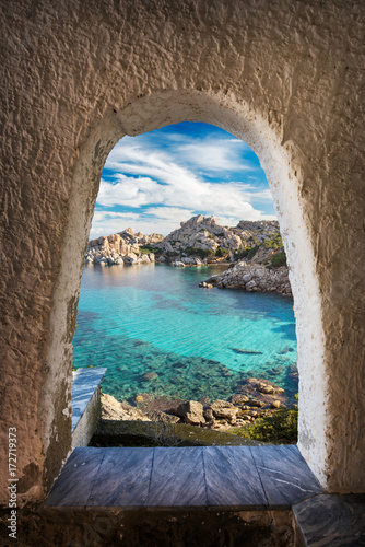 View through archway leading a turquoise sea Fototapete