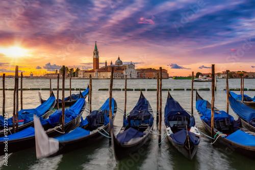 Foto auf Leinwand Gondeln Sonnenaufgang über San Giorgio Maggiore in Venedig, Italien