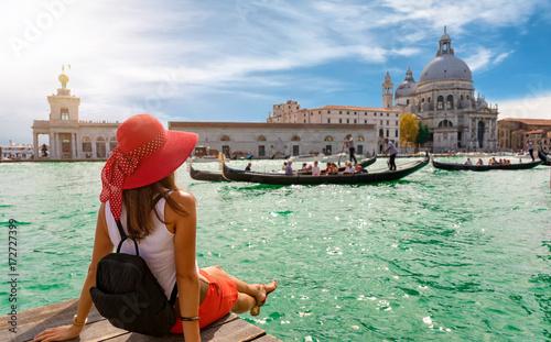 Attraktive Touristin am Canal Grande in Venedig schaut auf die Basilica Santa Ma Fototapeta