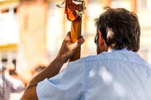 Fototapeta Człowiek gra kontrabas od tyłu