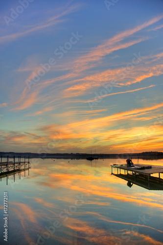 Tuinposter Himmel, Sonnenuntergang, farbige Wolken, See, Bootssteg, Stimmung, Wörthsee, Oberbayern, Bayern, Deutschland