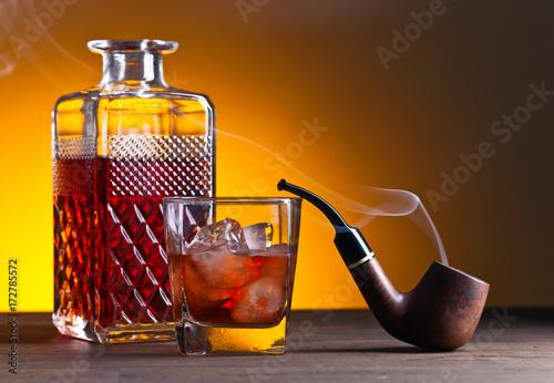 Plakat whisky i rury na starym drewnianym stole, kopiować miejsca na tekst