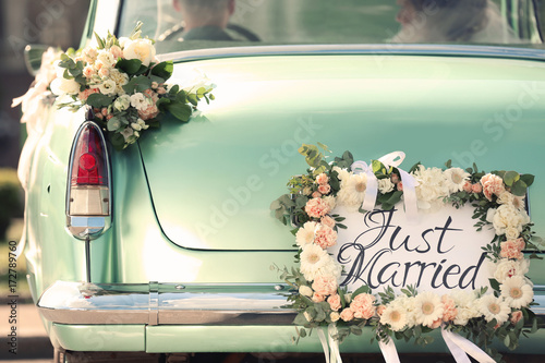 Keuken foto achterwand Vintage cars Beautiful wedding car with plate JUST MARRIED