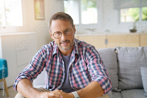 Photographie  Portrait of mature man with eyeglasses looking at camera