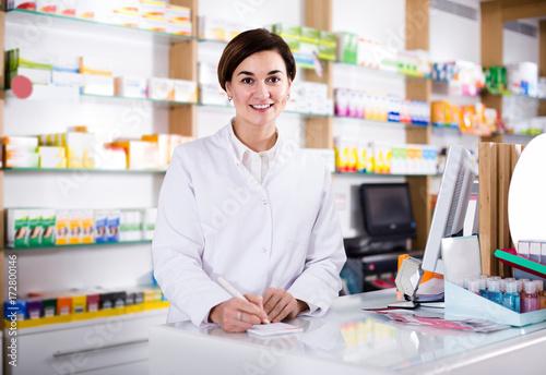 In de dag Apotheek female pharmacist checking assortment of drugs in pharmacy