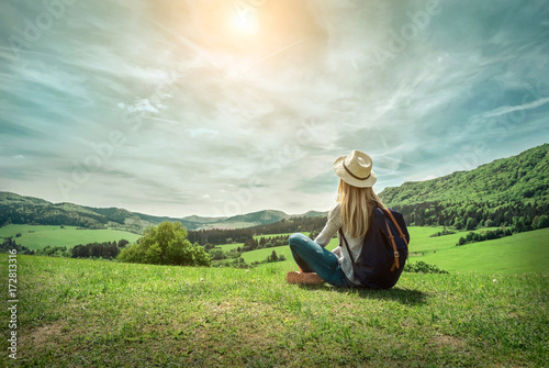 фотографія Woman leasure and relaxing around the mountains with beautiful g