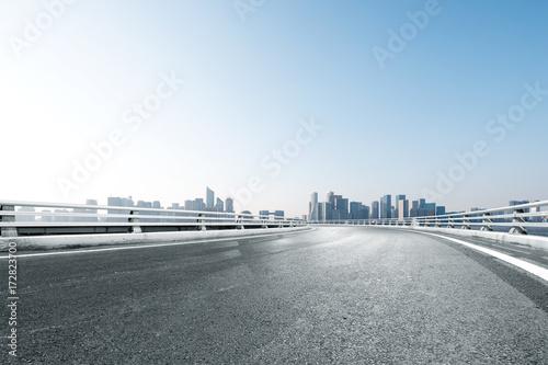 In de dag Bruggen empty asphalt road with cityscape of modern city
