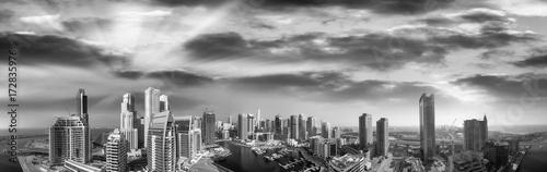 Fototapeta Powietrzny panoramiczny czarny i biały widok Dubaj Marina drapacze chmur