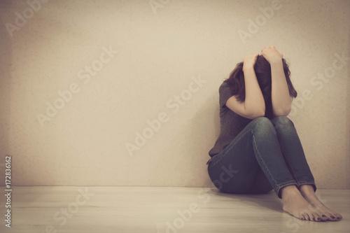 Photo sad woman hug her knee and cry