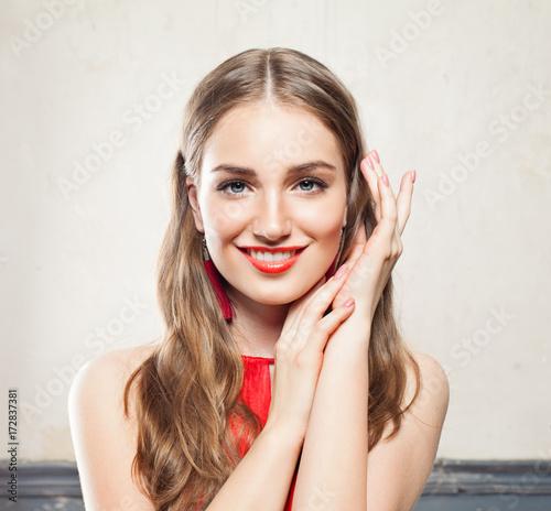 Plakat Piękna kobieta uśmiechający się z makijażu, kręcone włosy i Manicure ręce. Piękno i kosmetologia