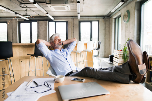Fototapety, obrazy: Thoughtful mature businessman in the office.