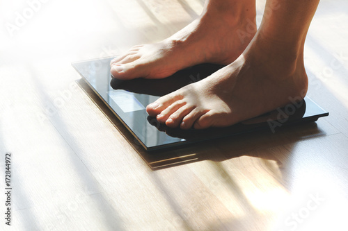 Fotografia Feet on a scale for weight control after bathroom