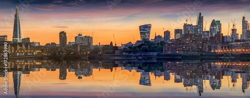 Poster London Panorama der neuen Skyline von London, Großbritanninen, bei Sonnenuntergang