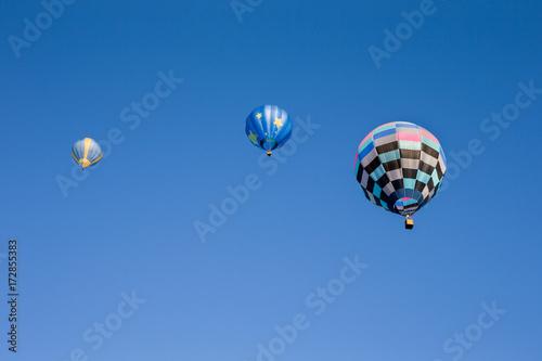 Plakat Trzy kolorowe balony na gorące powietrze