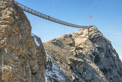 Fotografía  suspension bridge, Glacier 3000 in Switzerland