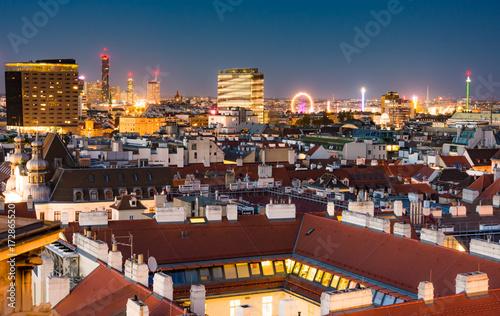 Plakat Widok z lotu ptaka nad pejzażem miejskim w Wiedniu w nocy