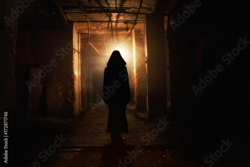 Photo  Creepy silhouette in the dark abandoned building