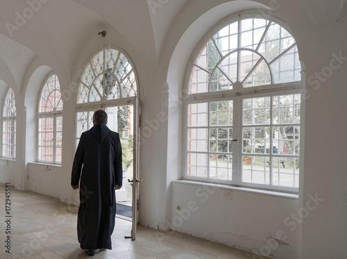 einsamer Mönch in Klostergang Fototapeta
