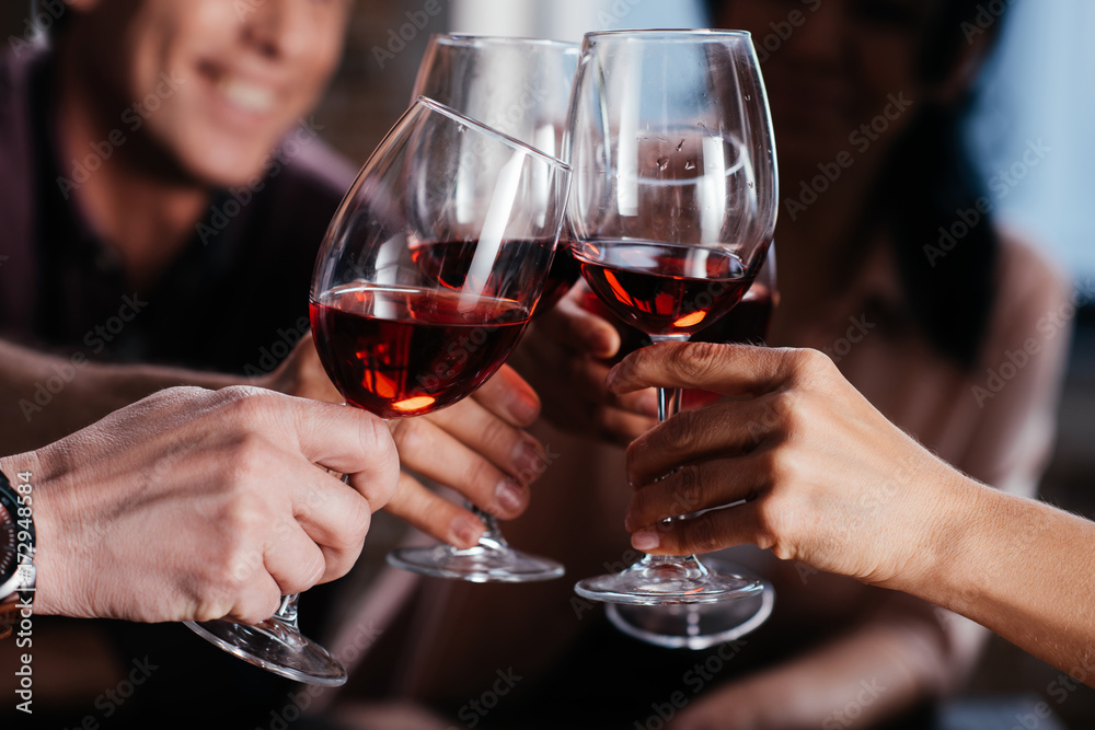 Fototapeta friends drinking red wine
