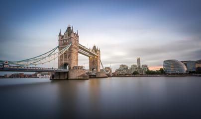 Tower Bridge w Londynie wieczorem