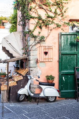Vue d'un scooter emblématique Italien dans une ruelle, Ischia, golfe de Naples, région de Campanie, Italie © Warpedgalerie