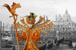 Mann mit Maske und spektakulärem Kostüm am Canal Grande beim Karneval Venedig