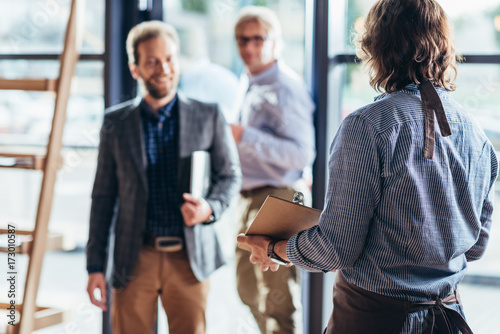 Photo  waiter greeting businessmen in cafe