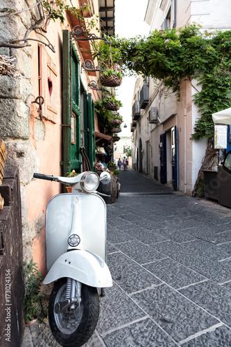 In de dag Scooter Vue d'un scooter emblématique Italien dans une ruelle, Ischia, golfe de Naples, région de Campanie, Italie