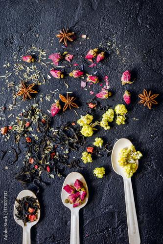 lyzki-z-ziolami-i-suszonymi-kwiatami-na-ciemnym-tle-widok-z-gory
