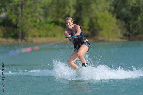 Fényképezés women waterskiing
