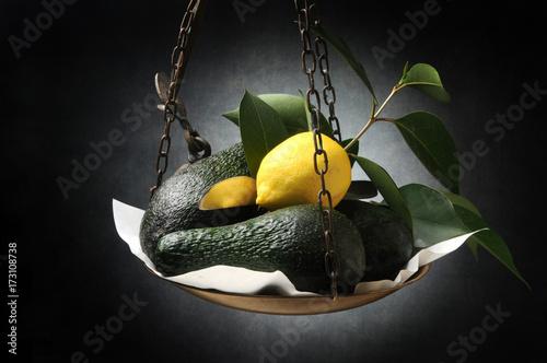 awokado-i-cytryna-wiszace-na-szali-na-czarnym-tle